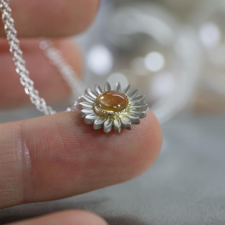 角度2 オーダーメイドジュエリー ひまわりのネックレス 屋久島ジュエリーのアトリエ シルバー、ゴールド 屋久島でつくる結婚指輪