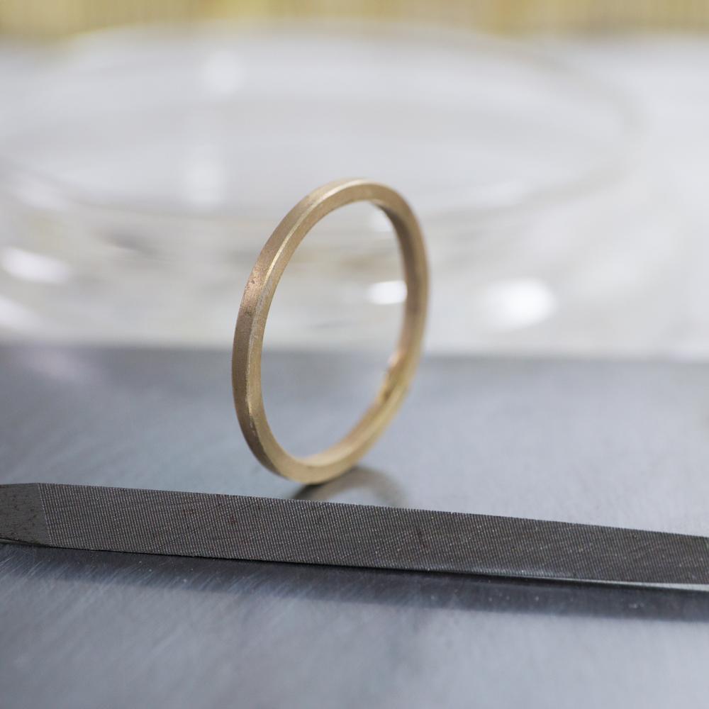 結婚指輪の制作風景 ジュエリーのアトリエにリング ピンクゴールド 屋久島でつくる結婚指輪