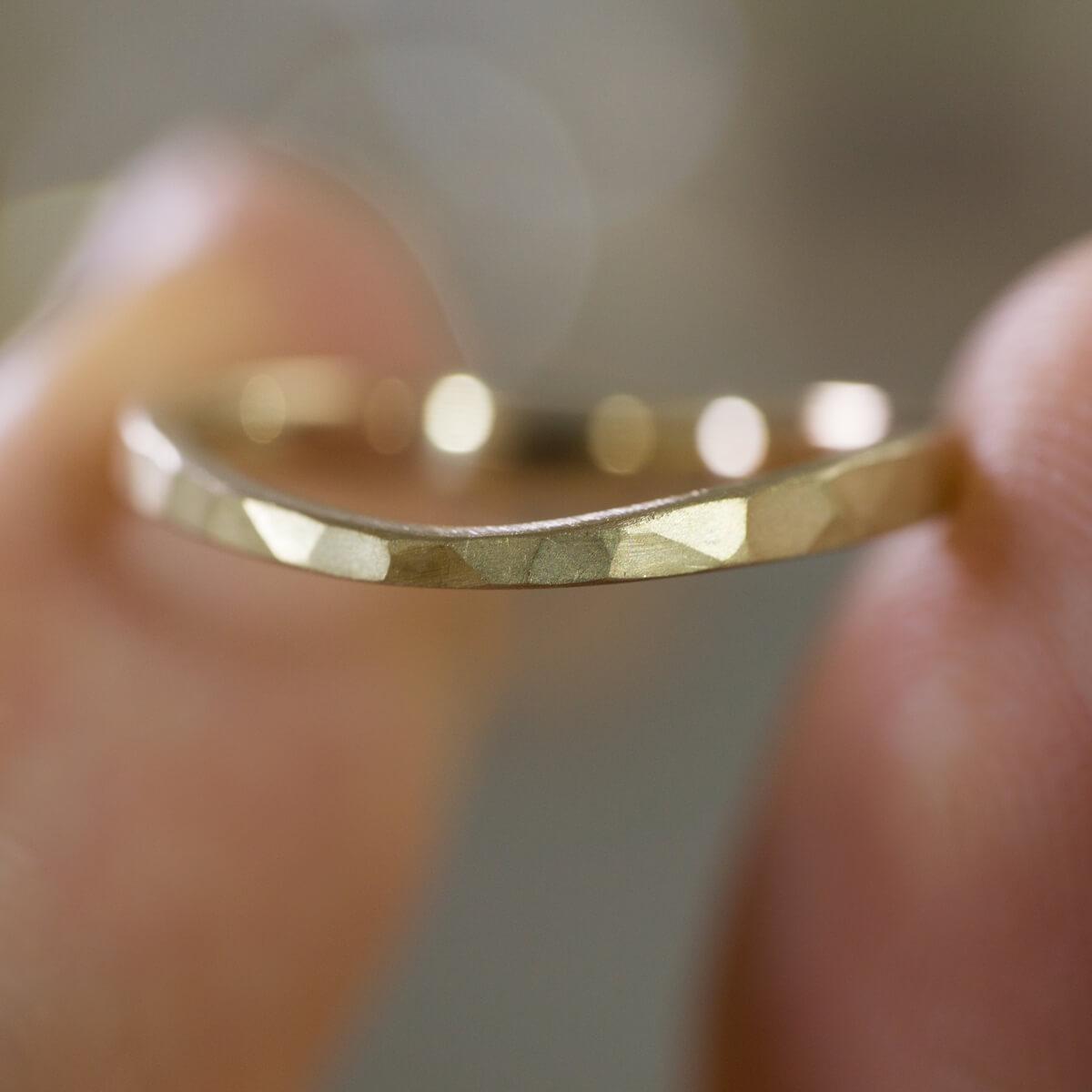 手に持って 角度2 オーダーメイドマリッジリング ジュエリーのアトリエ シャンパンゴールド 屋久島でつくる結婚指輪