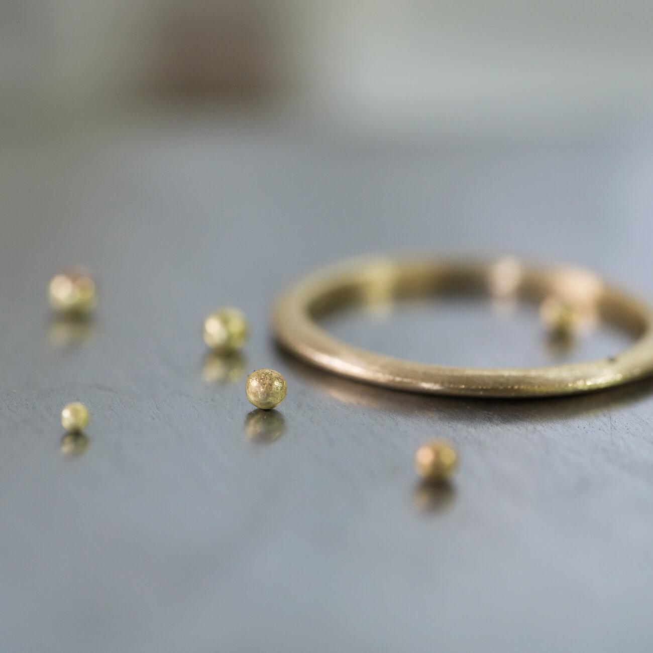 金の粒とリング オーダーメイドマリッジリングの制作風景 ジュエリーのアトリエ 作業場に指輪 ゴールド 屋久島で作る結婚指輪