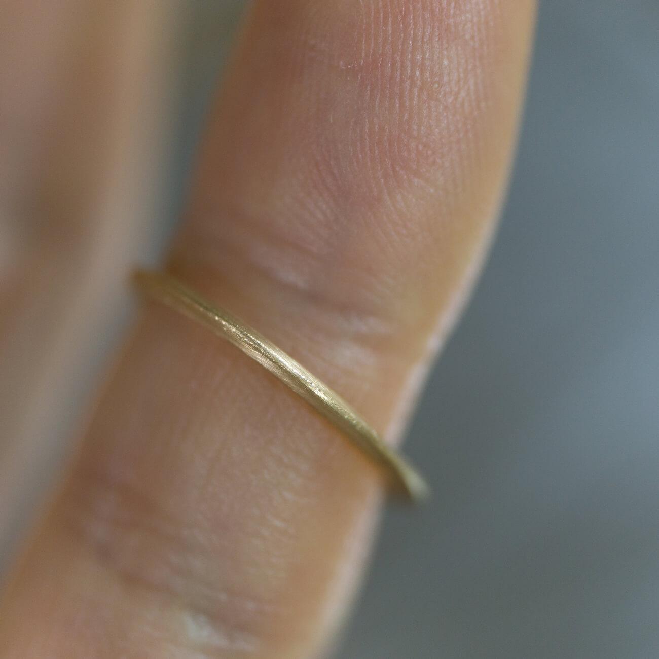 場面2 指につけて オーダーメイドマリッジリングの制作風景 ジュエリーのアトリエ 作業場に指輪 ゴールド 屋久島で作る結婚指輪