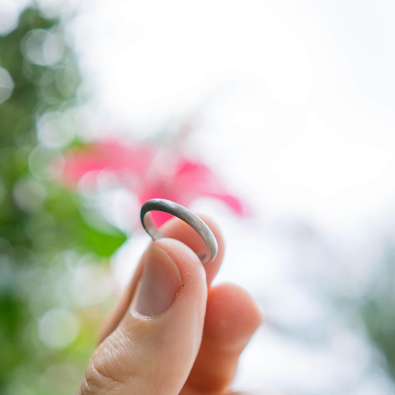 屋久島のハイビスカス プラチナリングを手に 屋久島花とジュエリー オーダーメイドマリッジリングのモチーフ 屋久島でつくる結婚指輪