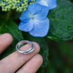 屋久島の屋久島の紫陽花 プラチナリングを手に 屋久島花とジュエリー オーダーメイドマリッジリングのモチーフ 屋久島でつくる結婚指輪