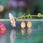 屋久島しずくギャラリーのディスプレイ お花とピアス 屋久島雨の雫 屋久島の夜光貝、ゴールド ハンドメイドジュエリー