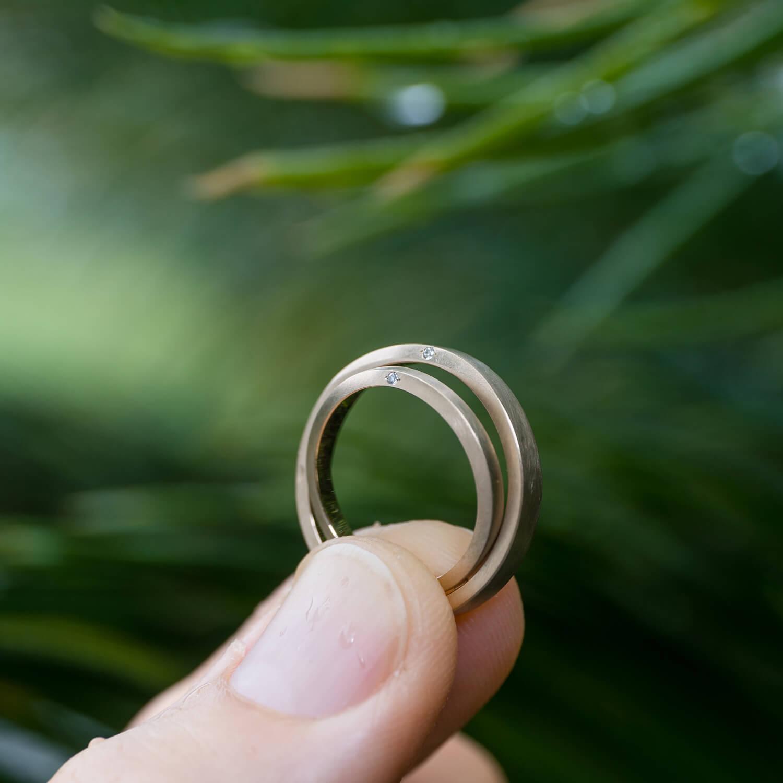 角度2 オーダーメイドマリッジリング 屋久島ジュエリーのアトリエの庭 屋久島の雨バック ゴールド、ダイヤモンド 屋久島でつくる結婚指輪