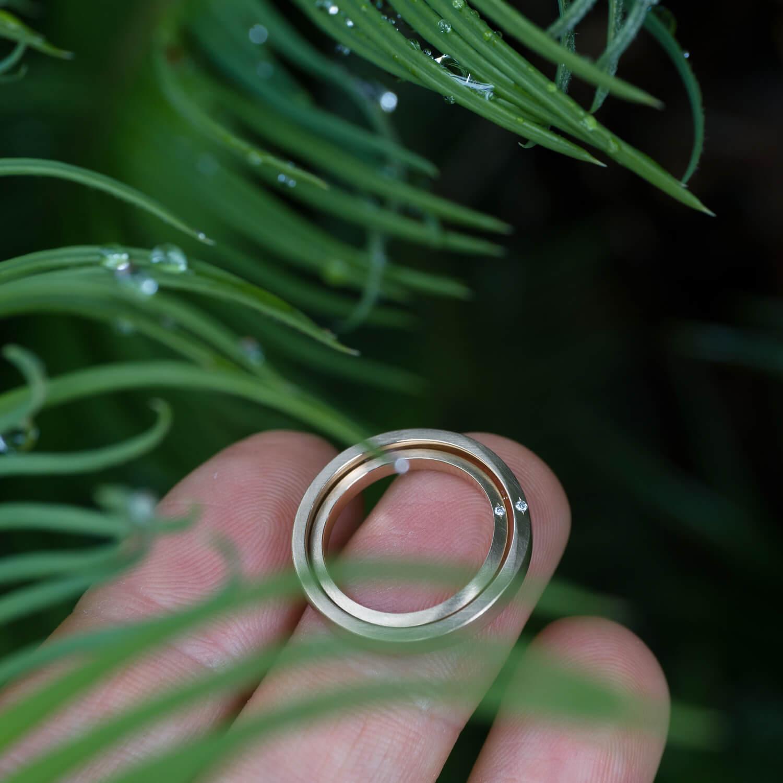 オーダーメイドマリッジリング 屋久島ジュエリーのアトリエの庭 屋久島の雨バック ゴールド、ダイヤモンド 屋久島でつくる結婚指輪