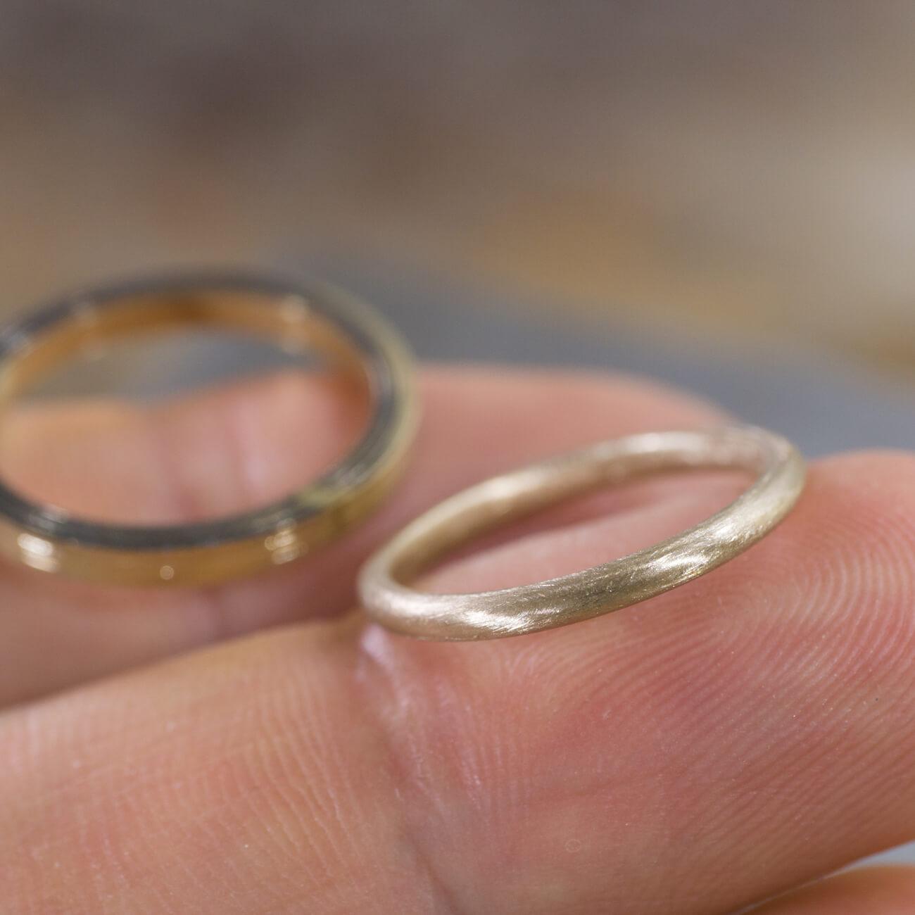 場面2 オーダーメイドマリッジリングの制作過程 ジュエリーのアトリエに指輪  手に持って ゴールド 屋久島で作る結婚指輪