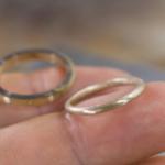 オーダーメイドマリッジリングの制作過程 ジュエリーのアトリエに指輪  手に持って ゴールド 屋久島で作る結婚指輪