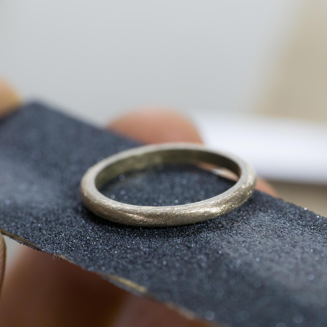 オーダーメイドマリッジリングの制作風景 ジュエリーのアトリエ 紙やすりと指輪 ゴールド 屋久島で作る結婚指輪