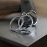 オーダーメイドマリッジリングの制作過程 屋久島ジュエリーのアトリエ 金槌、プラチナリング  屋久島でつくる結婚指輪