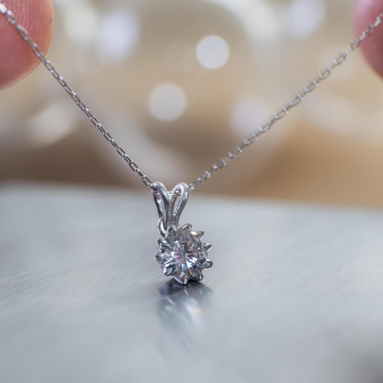 オーダーメイド、花のネックレス ジュエリーのアトリエ プラチナ、ダイヤモンド 屋久島のツワブキモチーフ リメイクジュエリー 屋久島でつくる結婚指輪