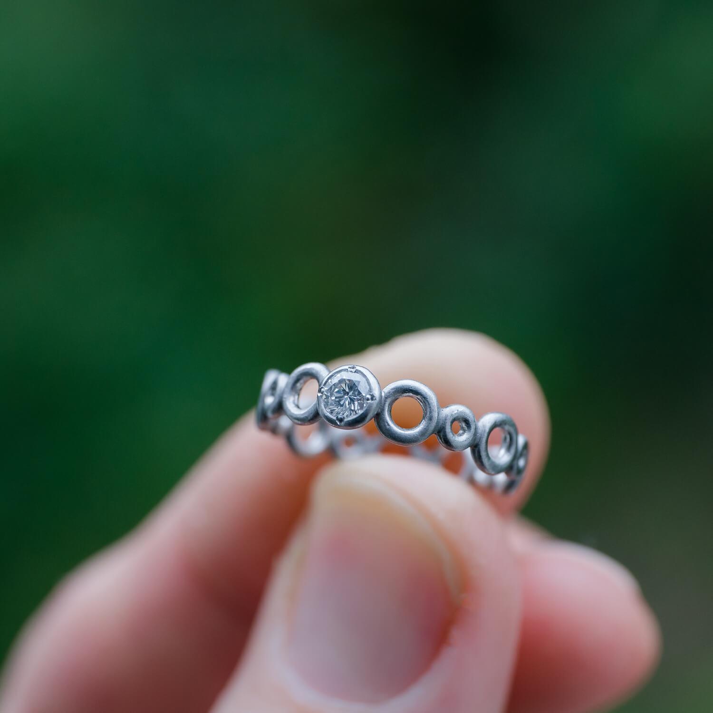 角度2 オーダーメイドエンゲージリング 屋久島の緑バック 屋久島水のイメージ プラチナ、ダイヤモンド 屋久島でつくる結婚指輪