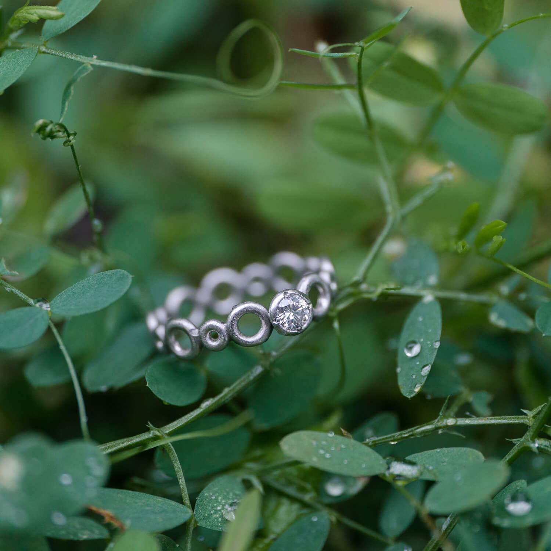 オーダーメイドエンゲージリング 屋久島の緑バック 屋久島水のイメージ プラチナ、ダイヤモンド 屋久島でつくる結婚指輪