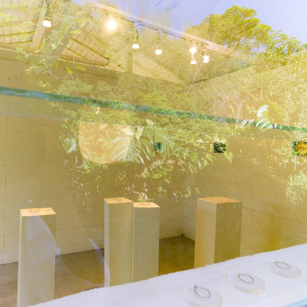 屋久島しずくギャラリー 窓から内観を見る オーダメイドジュエリーの販売 屋久島でつくる結婚指輪