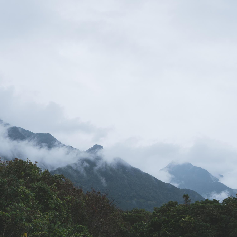 屋久島の山々、空、雨 屋久島日々の暮らしとジュエリー ジュエリーのアトリエからの図無風景