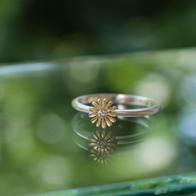 屋久島でオーダーメイドの指輪 屋久島しずくギャラリーのディスプレイ ゴールド、シルバー、ダイヤモンド 屋久島のツワブキモチーフ 屋久島でつくる結婚指輪