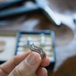 オーダーメイド リメイクジュエリーの制作過程 屋久島ジュエリーのアトリエ プラチナリング 手に、ダイヤモンド 屋久島でつくる結婚指輪