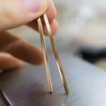 オーダーメイドマリッジリングの素材 ゴールド ジュエリーのアトリエ 手に持って 屋久島でつくる結婚指輪