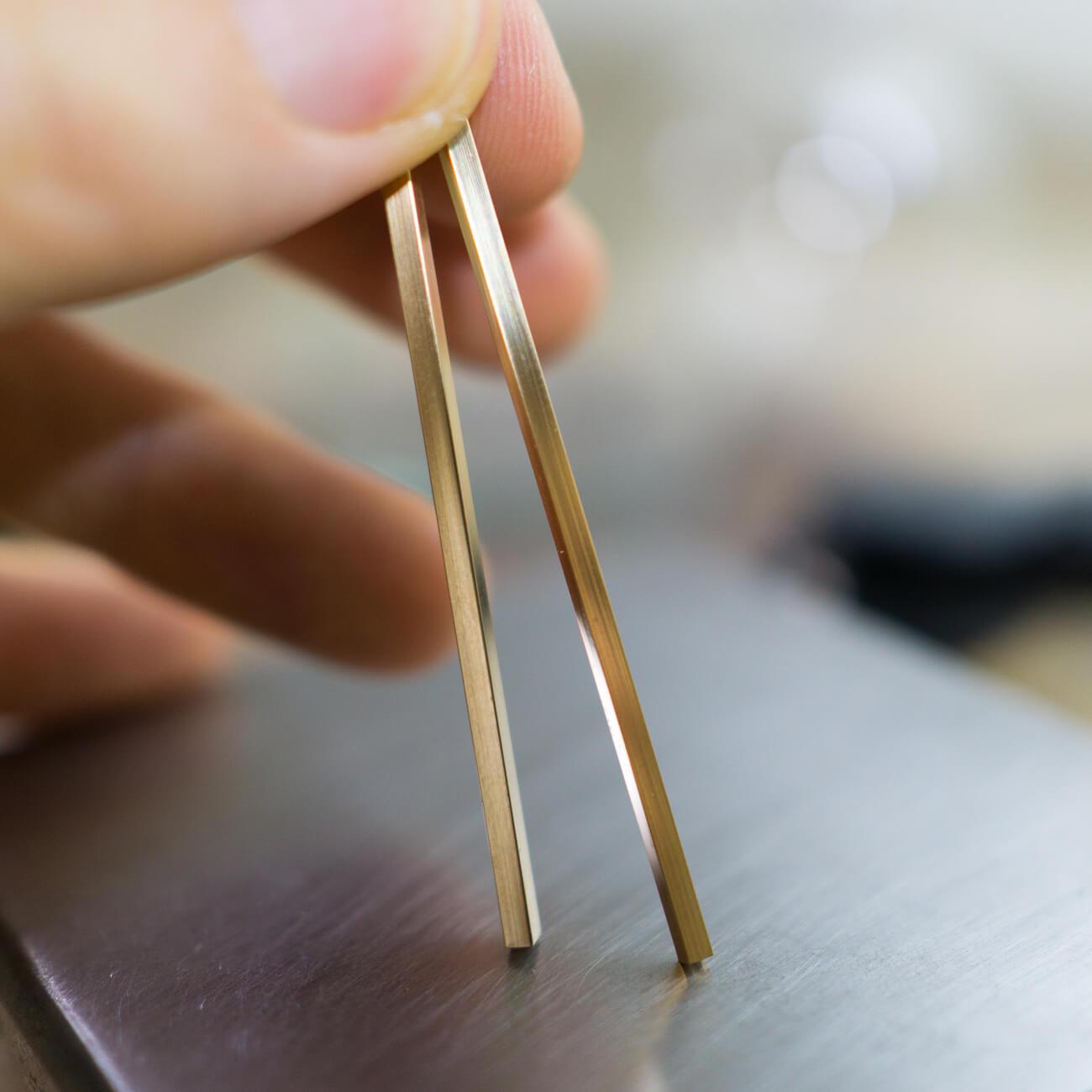 角度2 オーダーメイドマリッジリングの素材 ゴールド ジュエリーのアトリエ 手に持って 屋久島でつくる結婚指輪