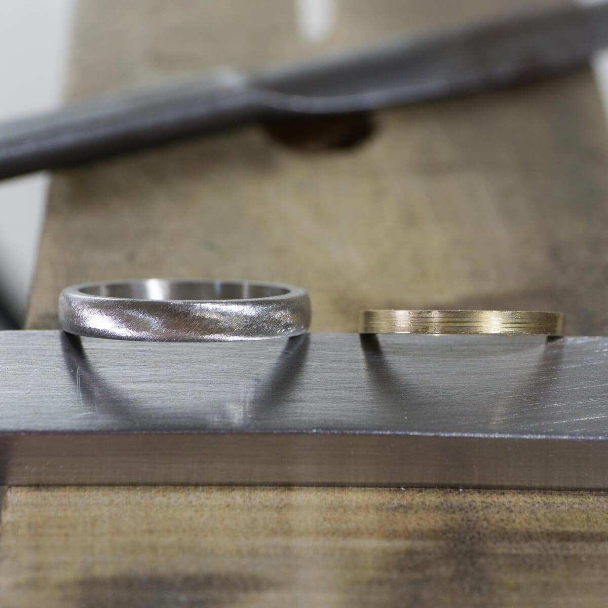 場面2 オーダーメイド結婚指輪の制作風景 ジュエリーのアトリエに指輪 ゴールド、プラチナ 屋久島でつくる結婚指輪