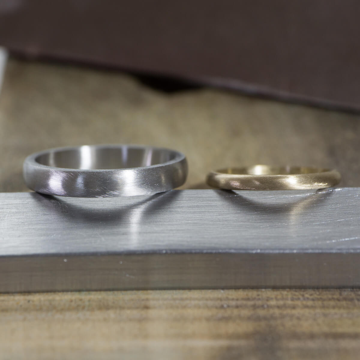 場面4 オーダーメイド結婚指輪の制作風景 ジュエリーのアトリエに指輪 ゴールド、プラチナ 屋久島でつくる結婚指輪