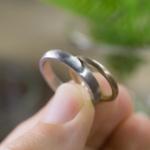 オーダーメイドマリッジリング 手に持って ジュエリーのアトリエ プラチナ、ゴールド 屋久島でつくる結婚指輪