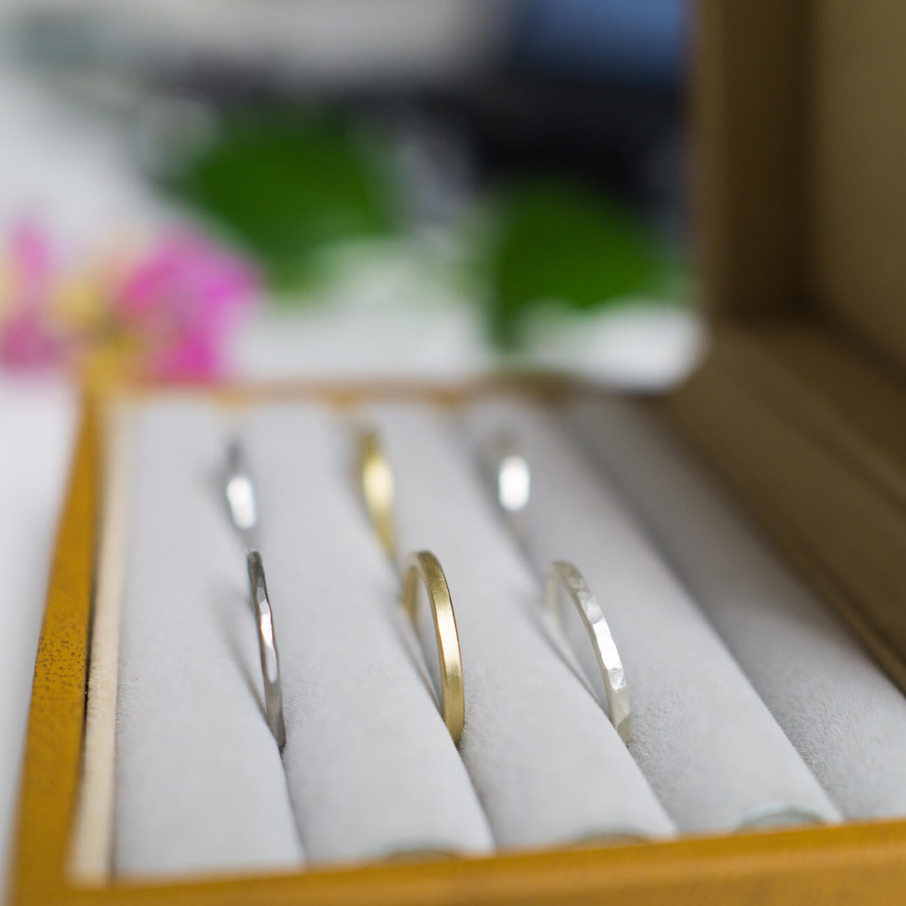ケースの中に結婚指輪のサンプル ジュエリーのアトリエ ゴールド、プラチナ、シルバー 屋久島でつくる結婚指輪