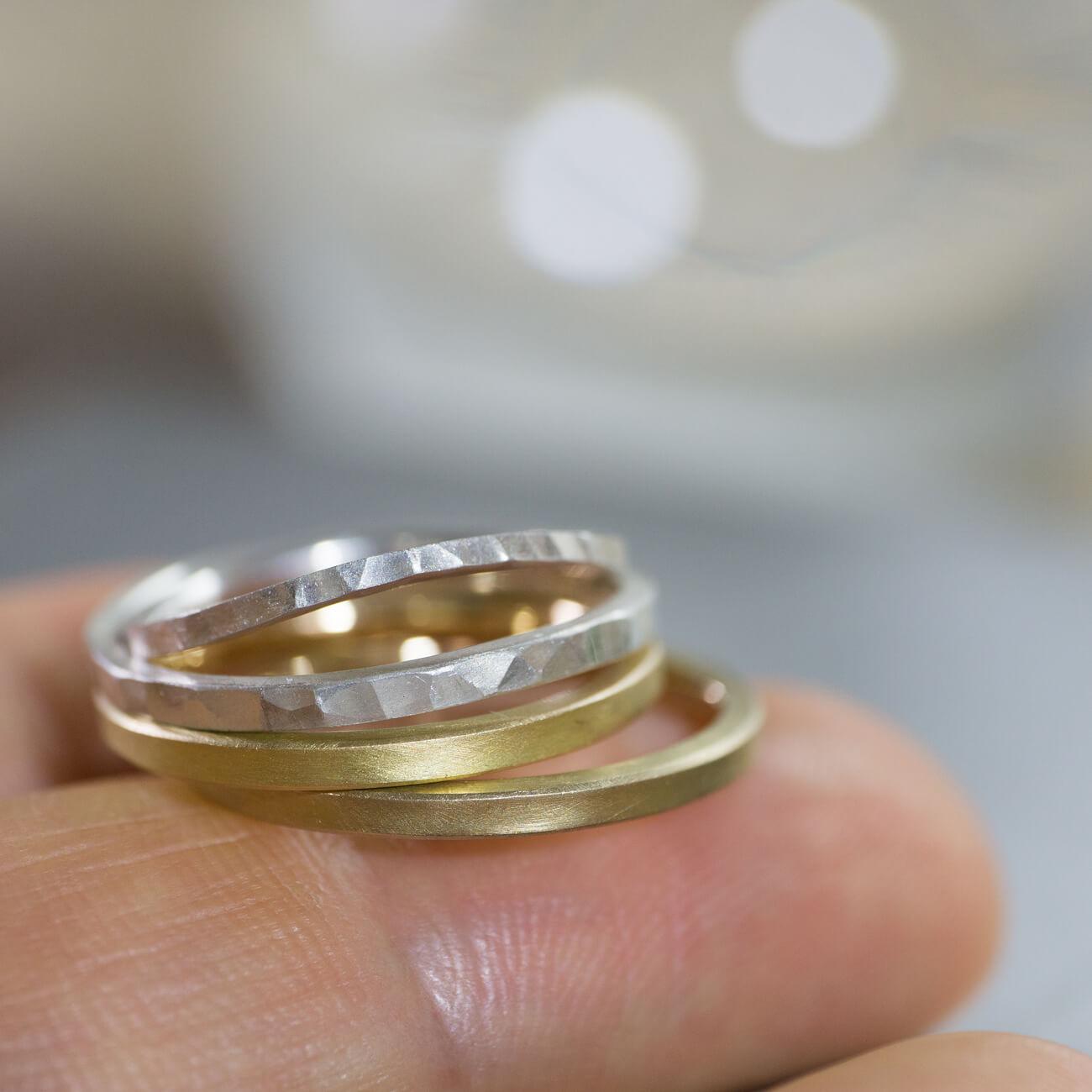 指の上に結婚指輪のサンプル ジュエリーのアトリエ シルバー、ゴールド 屋久島でつくる結婚指輪