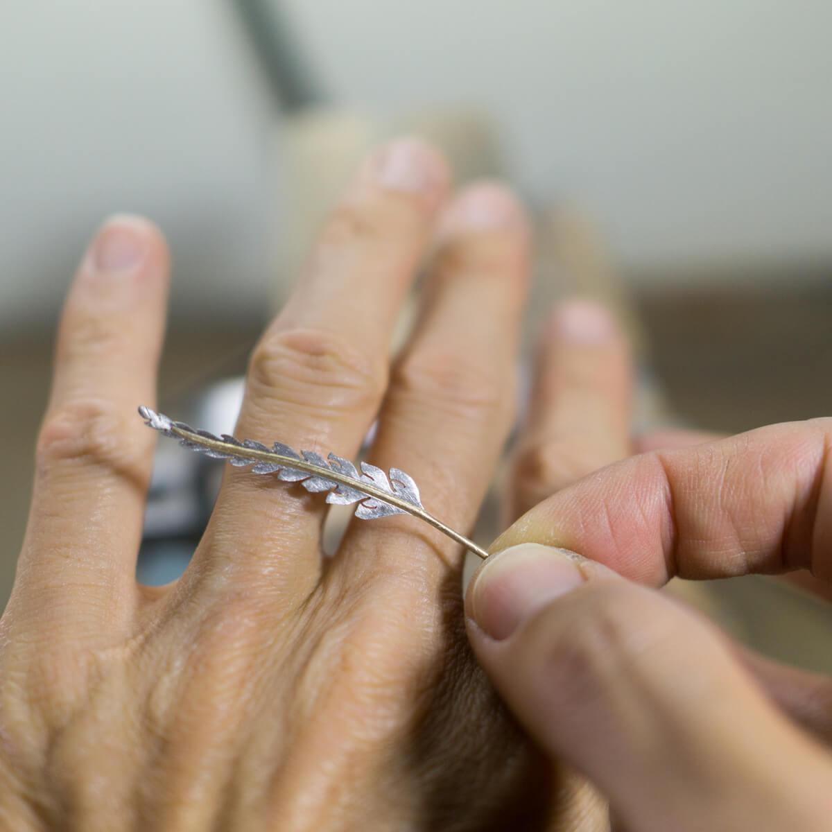 オーダーメイドエンゲージリングの制作風景 ジュエリーのアトリエ シダの指輪 手に当てる 屋久島でつくる結婚指輪 プラチナ、ゴールド