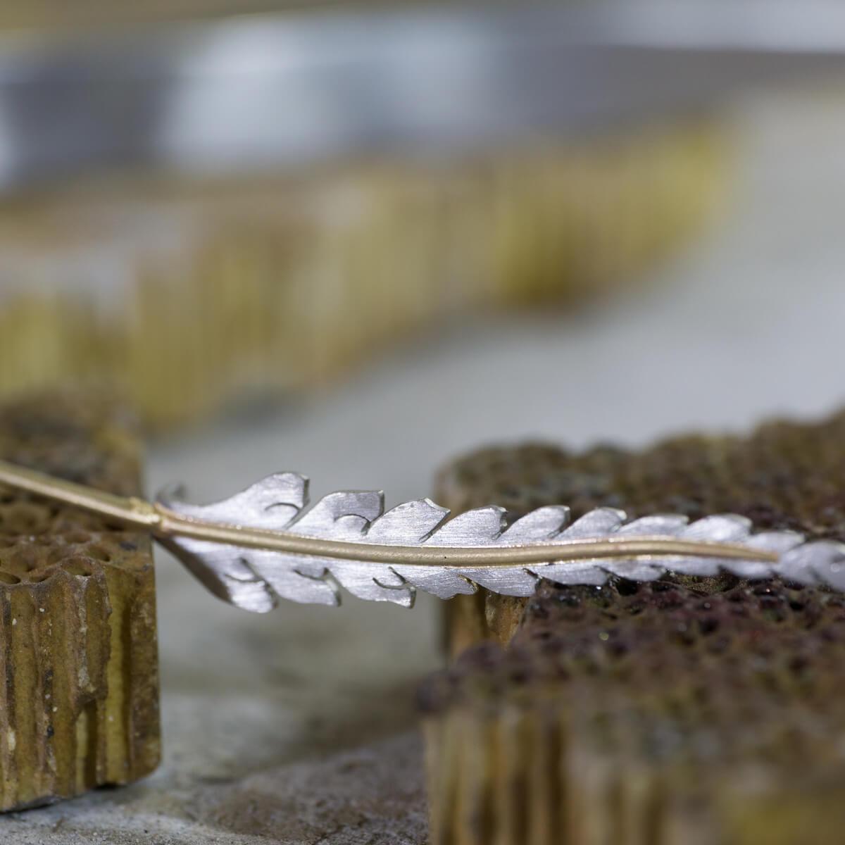 オーダーメイドエンゲージリングの制作風景 ジュエリーのアトリエ 屋久島のシダモチーフ プラチナ、ゴールド 屋久島でつくる婚約指輪