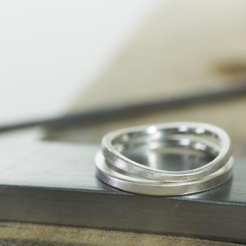 2本のシルバーリング 結婚指輪のサンプルリング 作業台の上