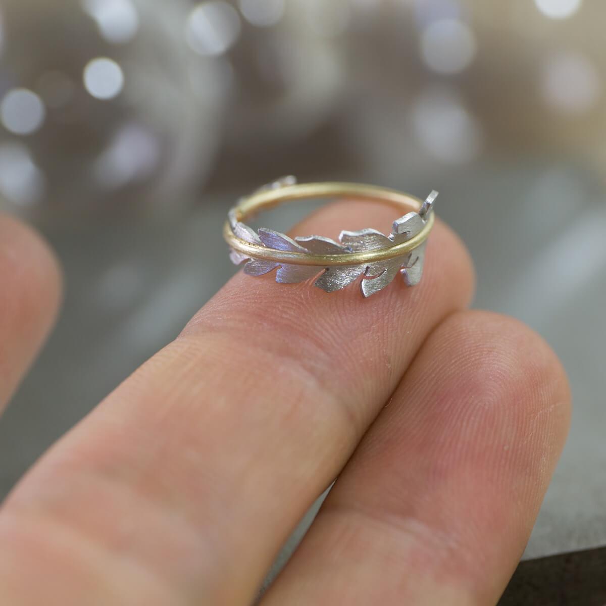 オーダーメイドエンゲージリングの制作風景 ジュエリーのアトリエ シダの指輪 手に乗せる 屋久島でつくる結婚指輪 プラチナ、ゴールド