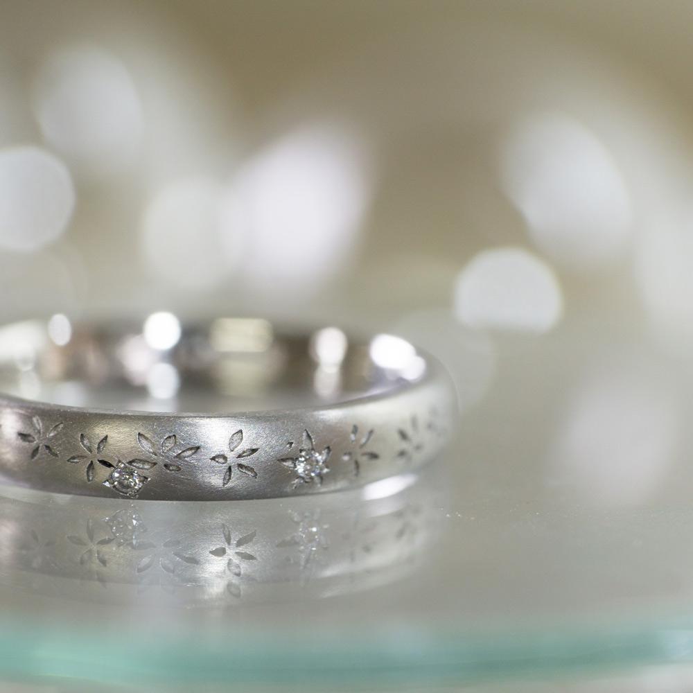 作業台の上 キラキラ輝くお花模様プラチナのリング