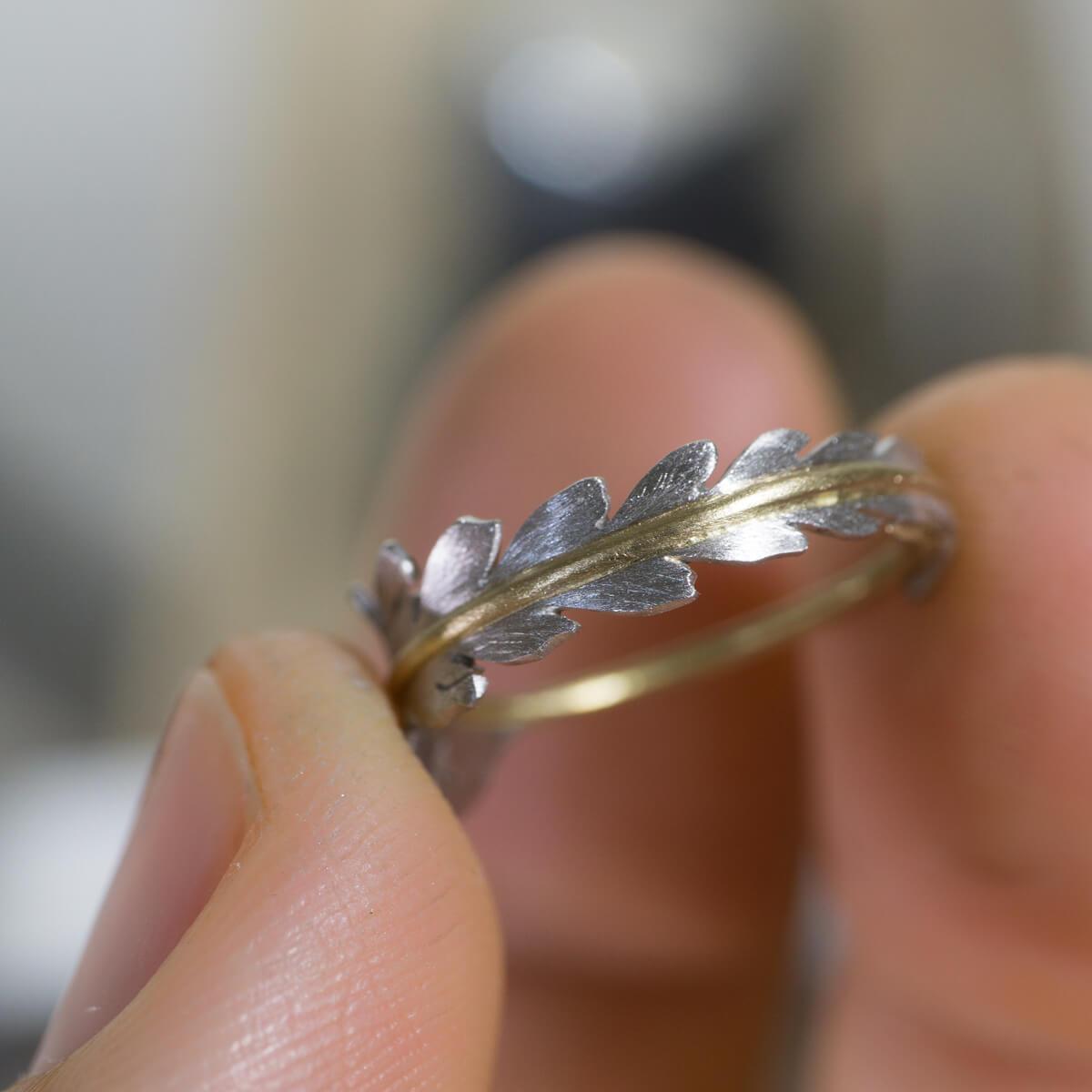 手に持って オーダーメイドエンゲージリング ジュエリーのアトリエ 屋久島のシダモチーフ ゴールド、プラチナ 屋久島でつくる婚約指輪
