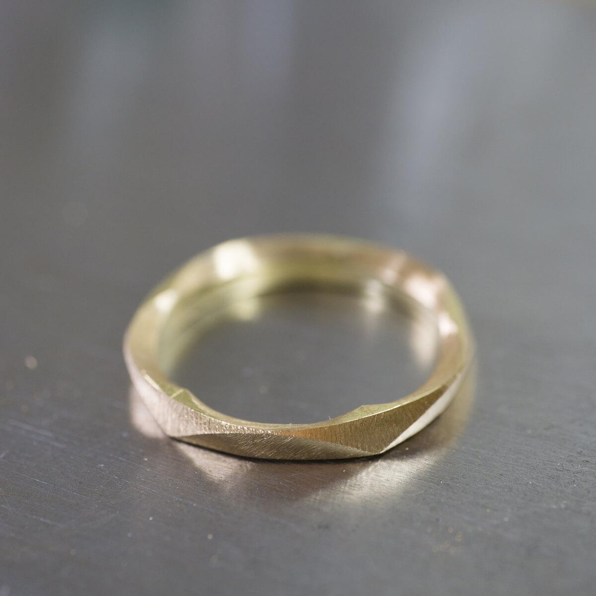 角度3 オーダーメイドマリッジリングの制作風景 ジュエリーのアトリエ 作業場に指輪 ゴールド 屋久島で作る結婚指輪
