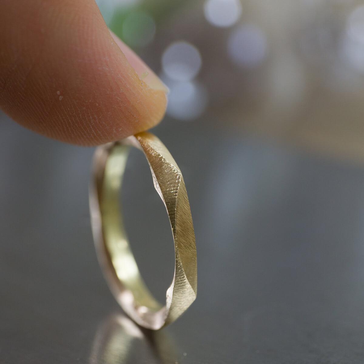 角度2 オーダーメイドマリッジリングの制作風景 ジュエリーのアトリエ 作業場に指輪 ゴールド 屋久島で作る結婚指輪
