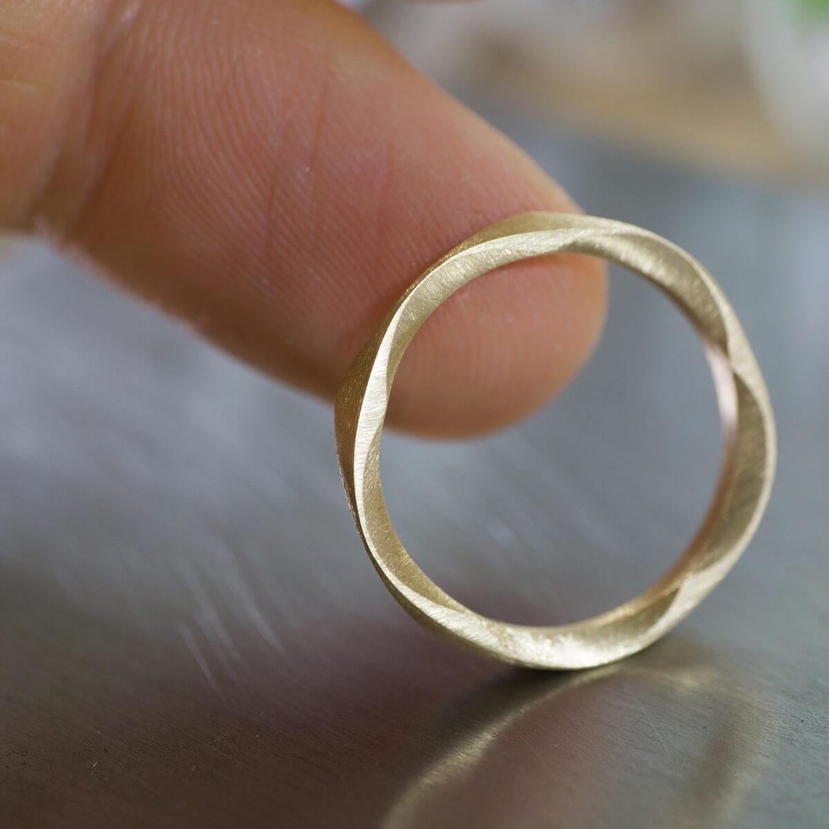 角度3 指に添えて オーダーメイドマリッジリング ジュエリーのアトリエに指輪 ゴールド 屋久島で作る結婚指輪