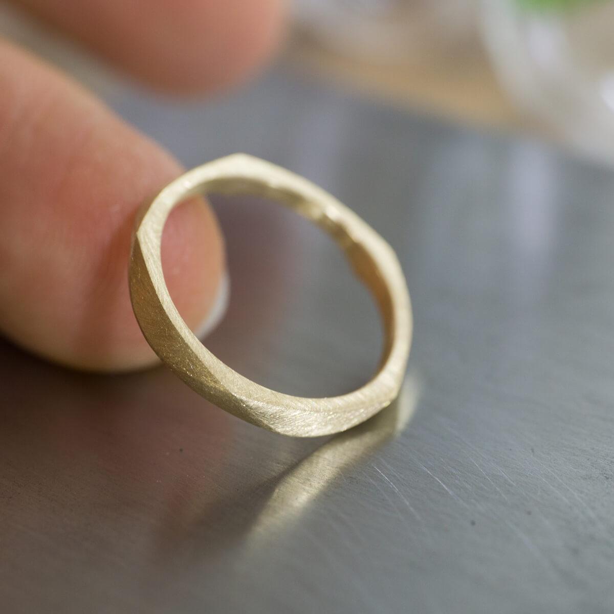 角度2 指に添えて オーダーメイドマリッジリング ジュエリーのアトリエに指輪 ゴールド 屋久島で作る結婚指輪