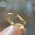 てにっ持って 角度1 オーダーメイドマリッジリング ジュエリーのアトリエに指輪 ゴールド 屋久島で作る結婚指輪