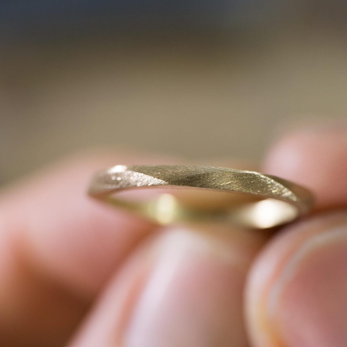 オーダーメイドマリッジリングの制作風景 ジュエリーのアトリエ 手に指輪 お花モチーフ ゴールド 屋久島で作る結婚指輪