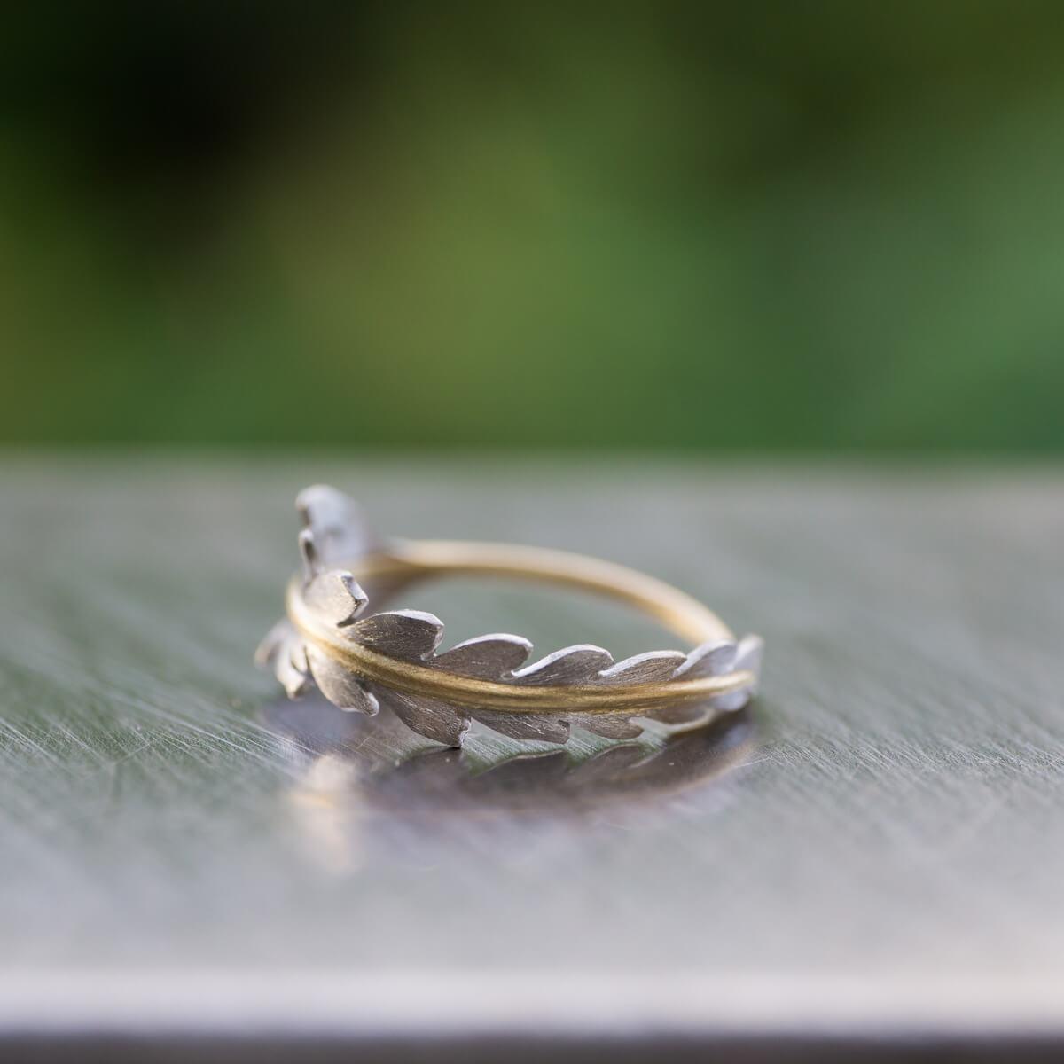 屋久島の緑バック オーダーメイドエンゲージリング ジュエリーのアトリエ 屋久島のシダモチーフ ゴールド、プラチナ 屋久島でつくる婚約指輪