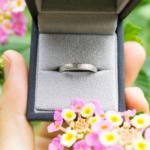 オーダーメイドのプラチナリング、ダイヤモンドお花柄 ケースに入れて 屋久島の緑バック