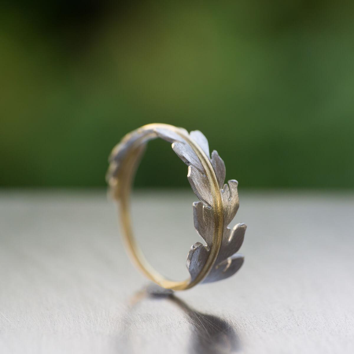 角度2 屋久島の緑バック オーダーメイドエンゲージリング ジュエリーのアトリエ 屋久島のシダモチーフ ゴールド、プラチナ 屋久島でつくる婚約指輪
