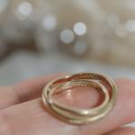オーダーメイドマリッジリング 手の上に乗せて 屋久島ジュエリーのアトリエ ゴールド 屋久島のシダモチーフ 屋久島でつくる結婚指輪