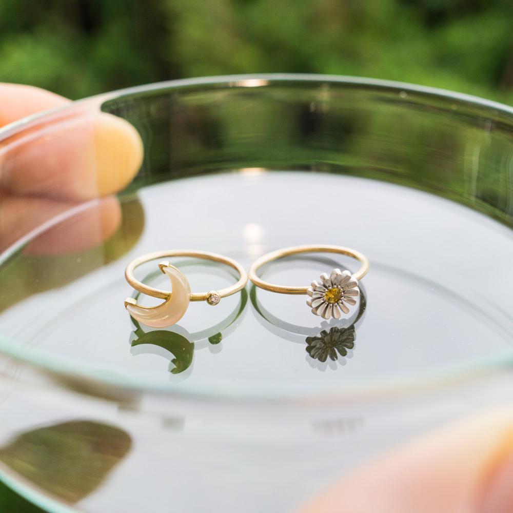 メンテナンス中のジュエリー 屋久島の緑バック ゴールドの指輪