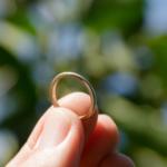 オーダーメイドマリッジリングの制作風景 屋久島の緑バック ゴールド 屋久島でつくる結婚指輪