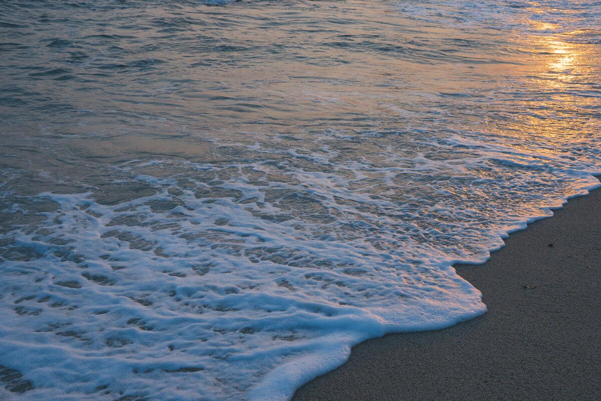 海と浜の境界線。昼と夜の境界線。