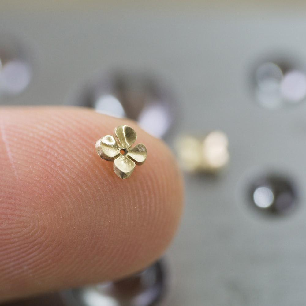 お花のピアス 指の上に乗せる ゴールド 屋久島の季節を纏うジュエリー