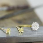制作風景 お花の指輪とピアス ゴールド、シルバー