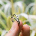 結婚指輪にフォーカス 屋久島のハマユウ 手に結婚指輪 プラチナ 屋久島花とジュエリー 屋久島でつくる結婚指輪